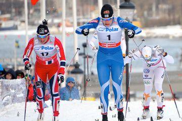 Natalia Nepryaeva Oloksen sprintin ykkönen, Anne Kyllönen ja suuryllättäjä Tiia Olkkonen palkintopallille - miesten kisa venäläisdominanssia