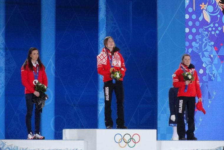 Darya Domracheva vastaanottamassa olympialaisten kultamitalia Sochissa 2014.