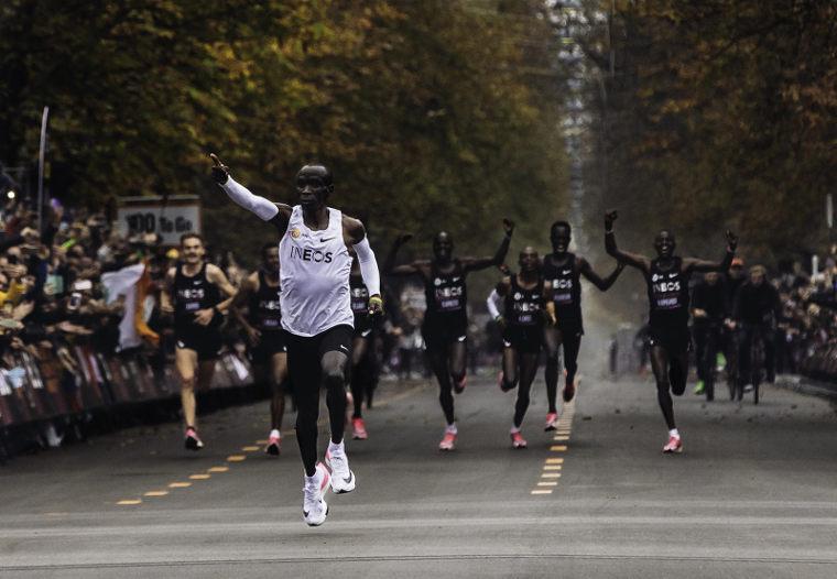 Eliud Kipchoge juoksi ensimmäisenä ihmisenä maratonin alle kahteen tuntiin. Haamuraja alittui Niken uusissa Next%-juoksukengissä.