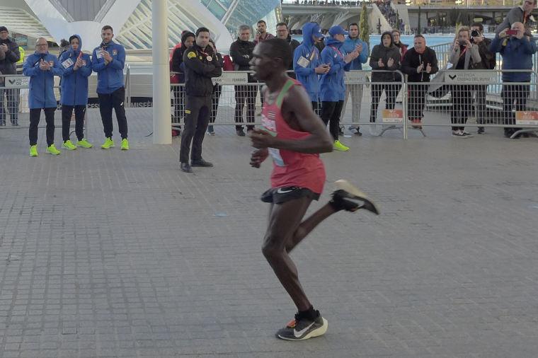 Tanskassa paineltiin hurja puolimaraton – miesten maailmanennätys säpäleiksi