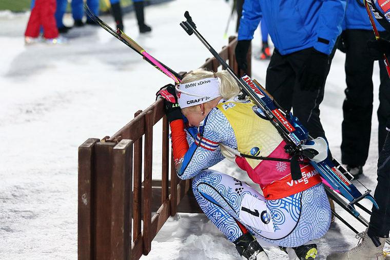 Kaisa Mäkäräinen jännittämässä kokonaiscupin lopputilannetta ylmiömäisen viimeisen kierroksen hiihtonsa jälkeen kauden 2017/2018 päätöskisassa Tjumenissa Venäjällä.