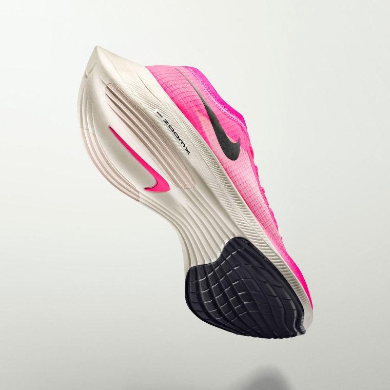 Kenenisa Bekele hätyytteli maratonin ME:tä Nike ZoomX Vaporfly Next% juoksukengät jalassaan.
