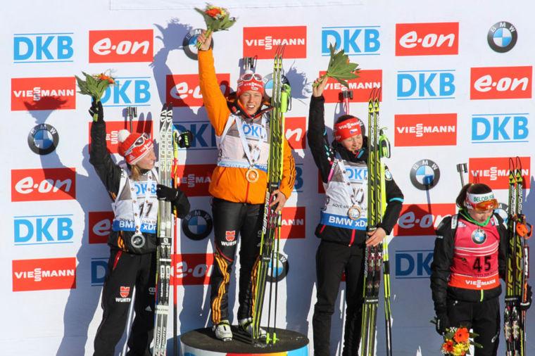 Nove Meston maailmancupissa 2015 naisten sprintin ykkönen oli Saksan Laura Dahlmeier ennen maannaistaan Franziska Hildebrandia ja Tsekin Veronika Vitkovaa. Kaisa Mäkäräinen oli kisan seitsemäs. (Pavel Hrdlička, Wikipedia [<a href='https://creativecommons.org/licenses/by-sa/3.0'>CC BY-SA 3.0</a>])