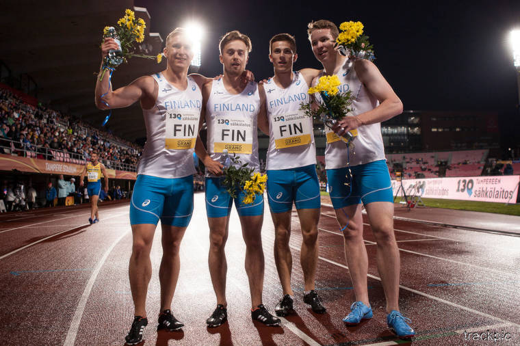 Suomen miesten voitokas 4x100m viestijoukkue iloisissa tunnelmissa juoksun jälkeen 2018 Ruotsi-ottelussa Tampereella.