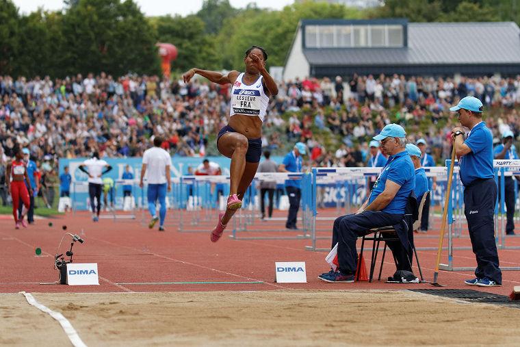 Pituushyppy on perinteinen yleisurheilulaji, jossa hypätään puiselta lankulta mahdollisimman pitkälle hiekkakasaan.