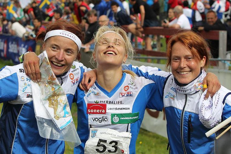 Minna Kauppi (kuvassa keskellä) on kaikkien aikojen menestynein suomalaissuunnistaja. Yhdeksän MM-kultaa (4 henkkoht, 5 viesti) urallaan voittanut Kauppi valittiin vuonna 2010 myös Suomen vuoden urheilijaksi. Kuva vuoden 2010 MM-viestistä, jossa Kauppi ankkuroi Suomen voittoon.