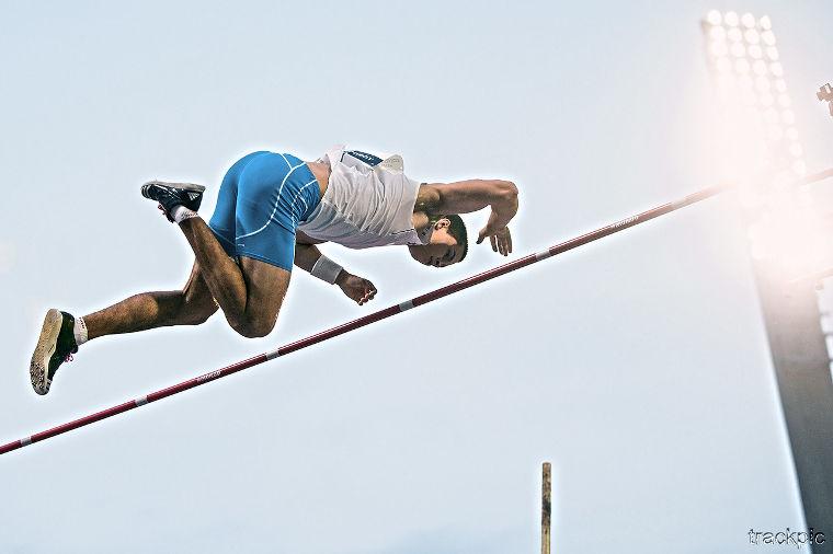 Seiväshypyn nykysäännöt kieltävät hyppääjä vaikuttamasta riman pysymiseen kannattimillaan ylityshetkellä esimerkiksi sormillaan.