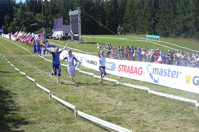 Suomen naiset juhlimassa vuoden 2008 suunnistuksen MM-kisojen viestikultaa.