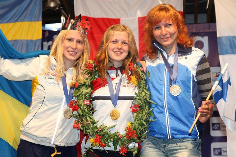 Marika Teini kuuluu Suomen suunnistusmaajoukkueen kovimpiin nimiin. Kuva vuoden 2009 nuorten MM-kisojen pitkän matkan palkintojenjaosta. Pronssia voittanut Teini kuvassa oikealla.